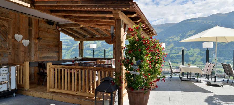 Ni kan även njuta av den fina utsikt över från hotellets terrass med en kopp kaffe eller drink.