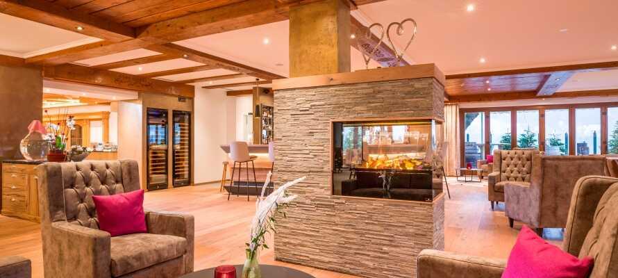 På hotellet kan ni njuta av en läcker drink i baren och värma upp er framför den mysiga brasan.