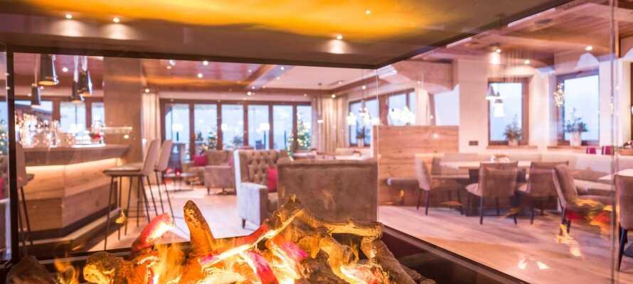 Tilbage på hotellet kan I nyde en drink i baren eller slappe af foran pejsen med en varm kop kaffe