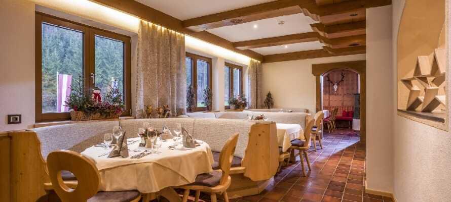Avnjut en god middag och dryck i hotellets traditionella Bierstube.
