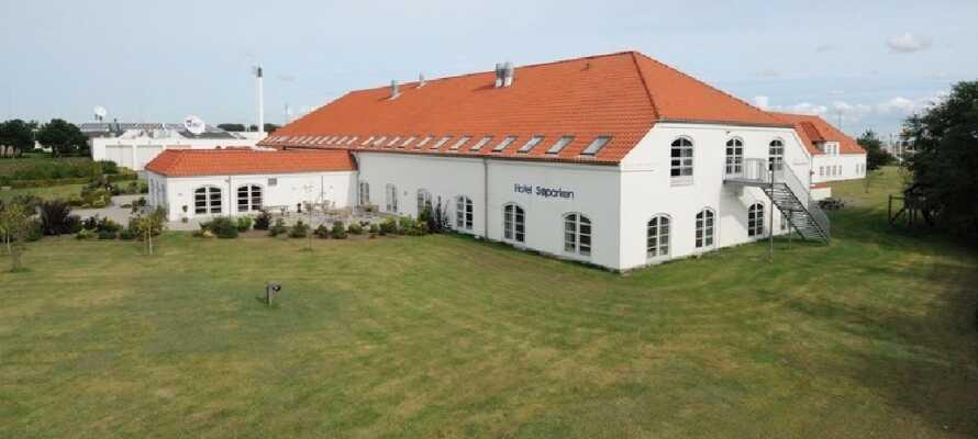 Hotel Søparken ligger fint til ved en sjø i Aabybro nord for Aalborg