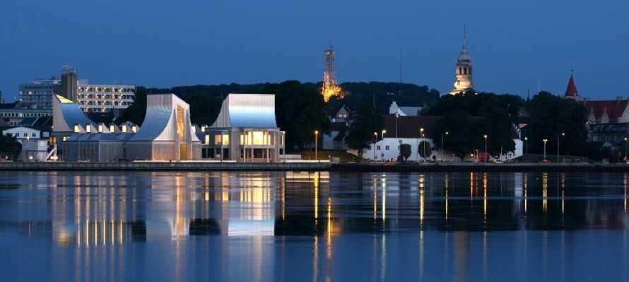 Erleben Sie Utzons einzigartige Architektur im Musikhaus. Sehen Sie die neuesten Ausstellungen im weltberühmtem Kunstmuseum in Aalborg.