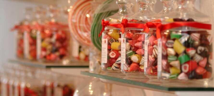 Beeindruckendes Handwerk bei Bolcheriet in Løkken. Sehen Sie, wie die Süßwaren gemacht werden und genießen Sie die hausgemachten Süßigkeiten.