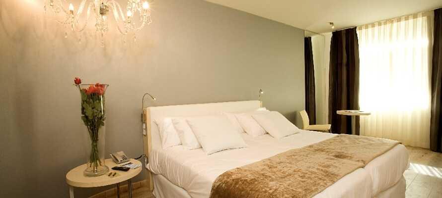 Die hellen und modern eingerichteten Zimmer sind alle ruhig und haben eine eigenes Badezimmer.