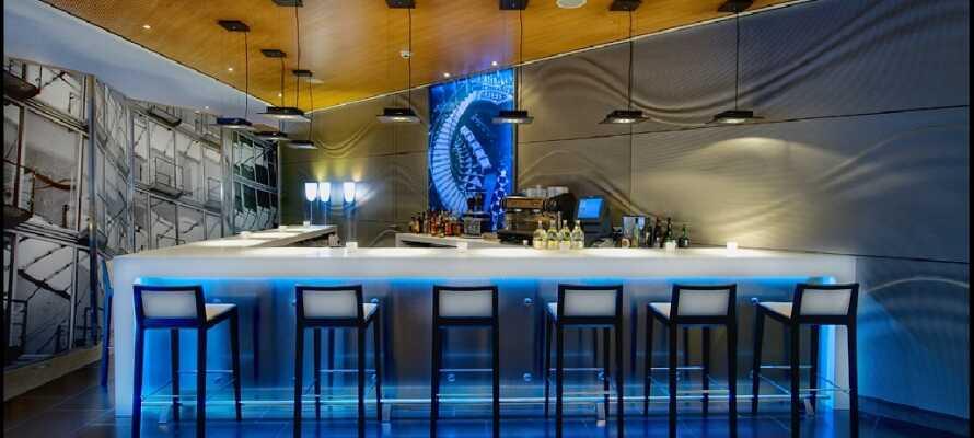 Nach einem erlebnisreichen Tag können Sie mit einem Getränk in der modernen und gemütlichen Hotelbar entspannen.