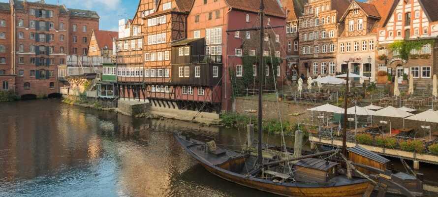 Die alte Hansestadt Lüneburg hat eine charmante Atmosphäre mit gemütlichen Kneipen, Cafés und Geschäften.