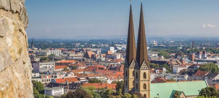 Bielefeld er en hyggelig by, hvor I finde mange flotte bygninger. Bl.a. råder byen over en smuk og imponerende kirke.