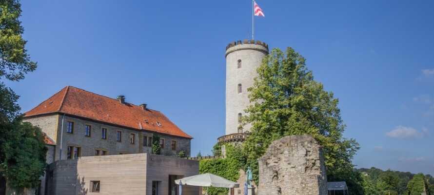 Højt over Bielefeld by på Sparrenberg bakken ligger Sparrenburg Slot. Udforsk det imponerende slot og nyd udsigten.