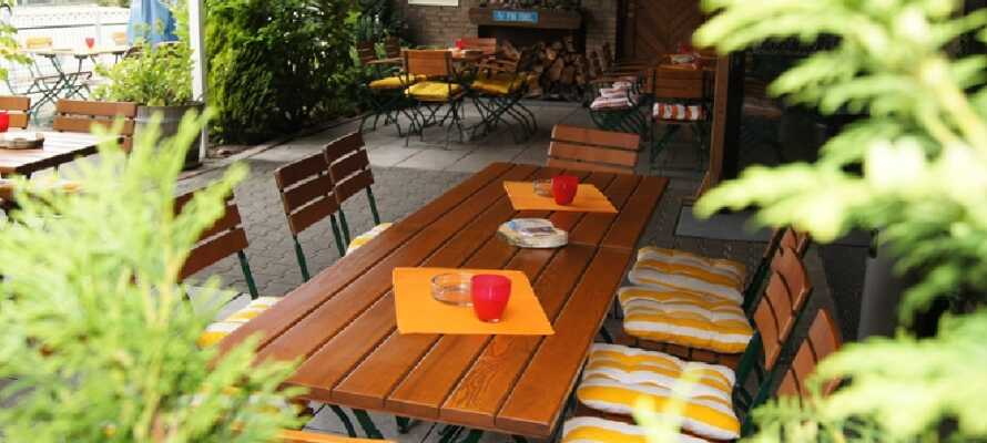 Hotellet har en hyggelig udendørs terrasse, hvor du kan få serveret både forfriskninger og middag, hvis vejret tillader det.