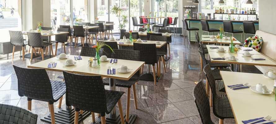 Opholdet inkluderer lækker morgenmad som serveres i det moderne 'Breakfast Room'.