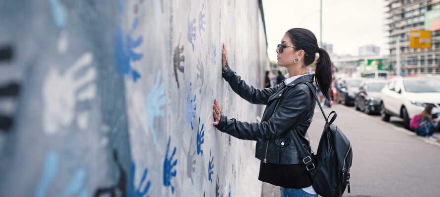 Spüren Sie die große Bedeutung der historischen Ereignisse anhand wichtiger Wahrzeichen: Berliner Mauer, Checkpoint Charlie und Brandenburger Tor.
