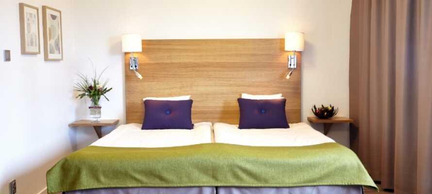 Alle Zimmer haben ein Dusch-Bad, Sessel mit kleinem Tisch, Schreibtisch mit Lampe und Steckdose für Computer, Telefon und Safe.