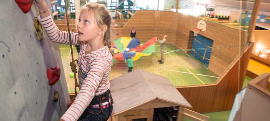 Die Kinder können im Kids Club und im 3.500 m² großen Indoor Action Park klettern, skaten, spielen und toben!