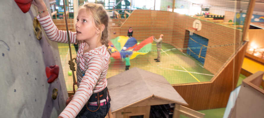 Børnene kan blandt meget andet klatre, skate og boltre sig i 'Kids Club' og den 3.500 m² store indendørs actionpark!