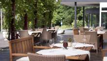 Under opholdet er der masser af regionale retter på menuen i restauranten, som tilbyder udeservering når vejret er til det.