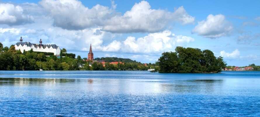 Det stora och vackra slottet Plöner Schloss ligger på andra sidan sjön.