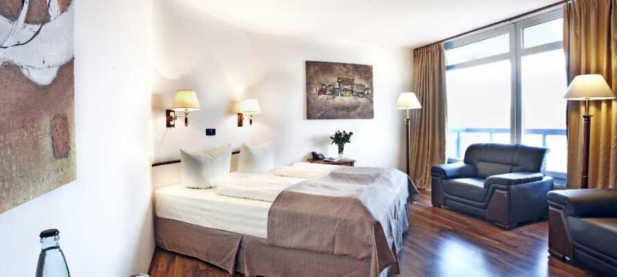 De lyse værelser, som alle har balkon, danner en behagelig ramme og en god base for Jeres ophold.