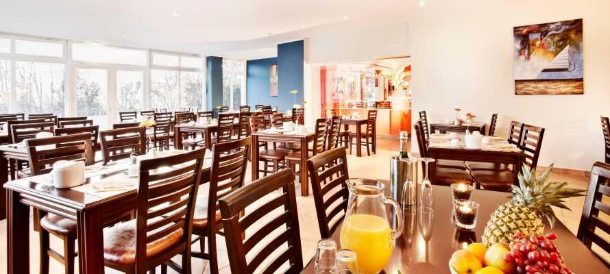 Starta din dag med en ordentlig frukost i hotellets fina frukostrestaurang.
