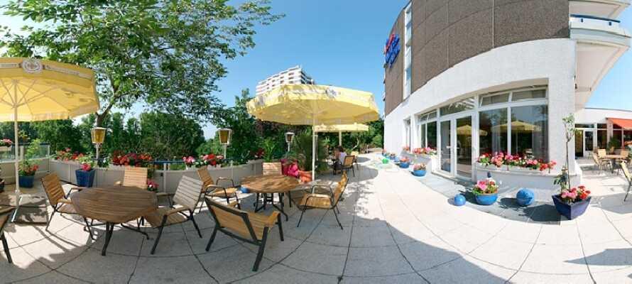 Tag eftermiddagskaffen i dejlige omgivelser på hotellets terrasse, mens I lader op til nye oplevelser.
