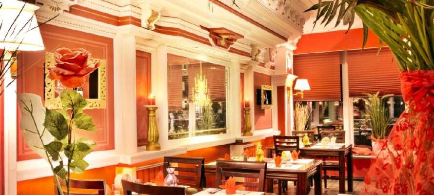 Spis en god middag i hotellets hyggelige restaurant og avslutt dagen med en drink i baren.