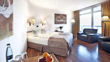 Hotellets værelser er behageligt indrettet i lyse farver