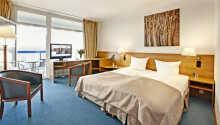 Alle Zimmer des Hotels haben ein eigenes Bad und WC und Balkon.