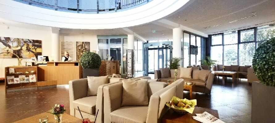 De bløde møbler og den rolige atmosfære i lobbyen indbyder til afslapning f.eks. med en tår eller en god bog.