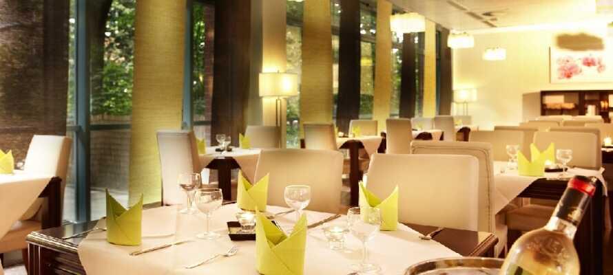 Njut av en middag på hotellets restaurang. Det finns också en liten bistro med en mysig lounge.