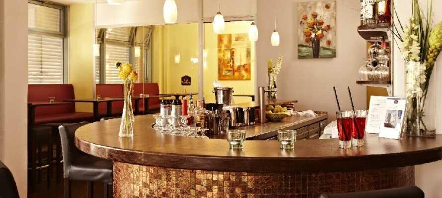 Ta en drink i hotellets bar och sommartid kan ni ta med er förfriskningarna ut till hotellets uteservering.