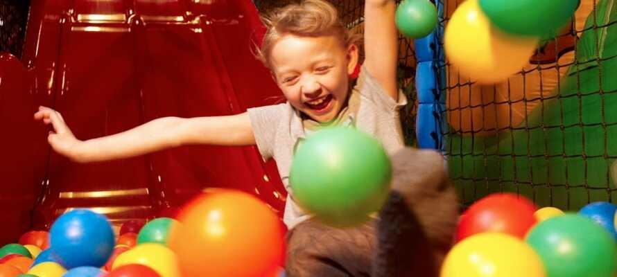 Børnene vil helt sikkert elske, at komme en tur i Baboon City; Danmarks nok største indendørs forlystelsescenter.