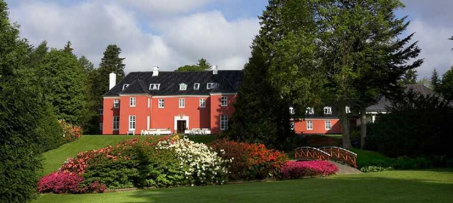 Sinatur Hotel Skarrildhus ligger i idylliske omgivelser, omgivet af en romantisk park.