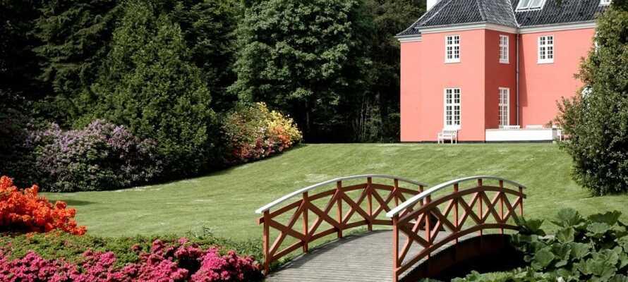 Nyd den naturskønne idyl, der præger parken som omgiver Sinatur Hotel Skarrildhus.