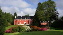 Sinatur Hotel Skarrildhus ligger i idylliske omgivelser, omringet af en romantisk park.