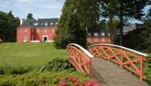 Strosa runt i parken runt hotellet och njut av de vackra omgivningarna.