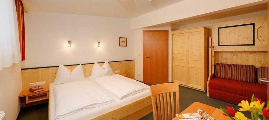 Hotellets rom er hyggelig innredet og skaper en god base for ferien deres i Østerrike.
