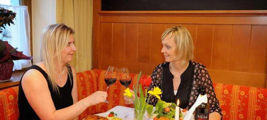 Etter en opplevelsesrik dag i området, kan dere nyte en hyggelig stund, god mat og et deilig glass vin.