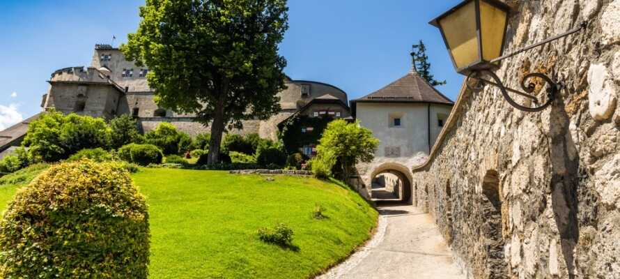 Dere kan besøke det vakre slottet Burg Hohenwerfen og oppleve den uforglemmelige utsikten over Salzach-dalen.