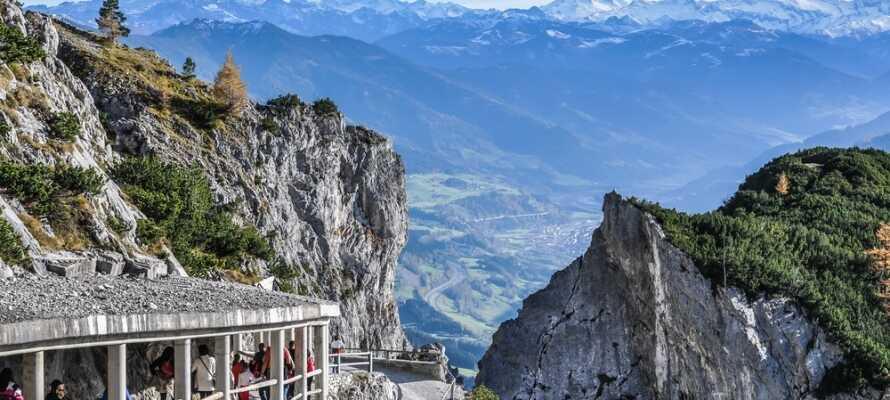 Området byder på mange oplevelser; besøg verdens største ishule Eisriesenwelt eller tag en tur til den smukke by Salzburg.