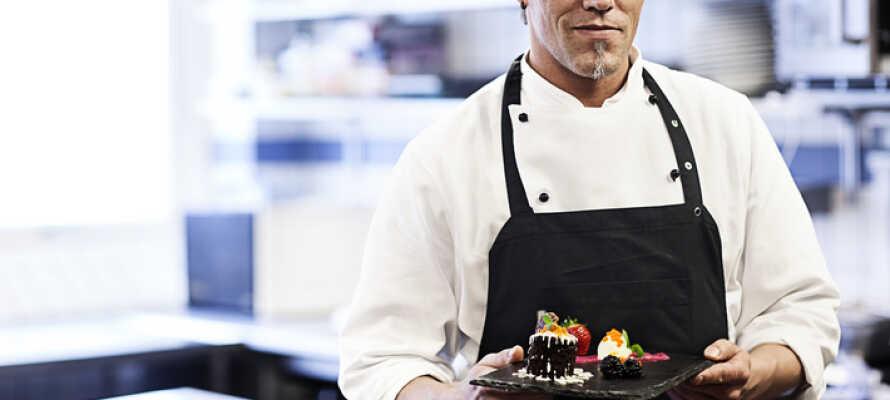 Restauranten tilbereder mad, hvor menuen skiftes hver måned afhængig af årstidens råvarer.