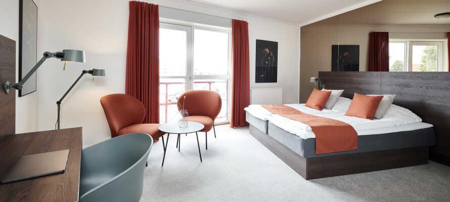 Hotellets dobbeltværelser har en hyggelig og indbydende indretning.