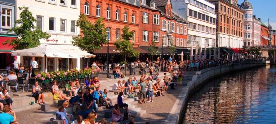 Aarhus, byen hvor der altid sker noget, ligger kun en lille køretur fra hotellet.