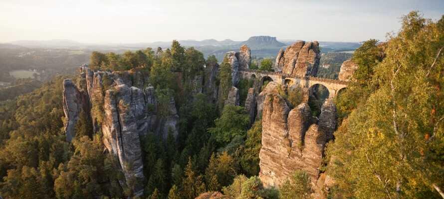 Ta kjøreturen til de fascinerende klippene med små broer og trapper. Innerst inne finner dere et imponerende steinslott.