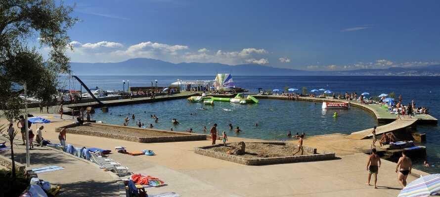 I bor i byen Malinska, hvor der er flere strande, hvor I kan nyde det dejlige vand.