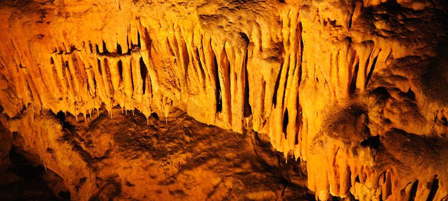 Ikke langt fra jer ligger den lille hule, som er omkring 110-meter dyb, men er meget betagende.