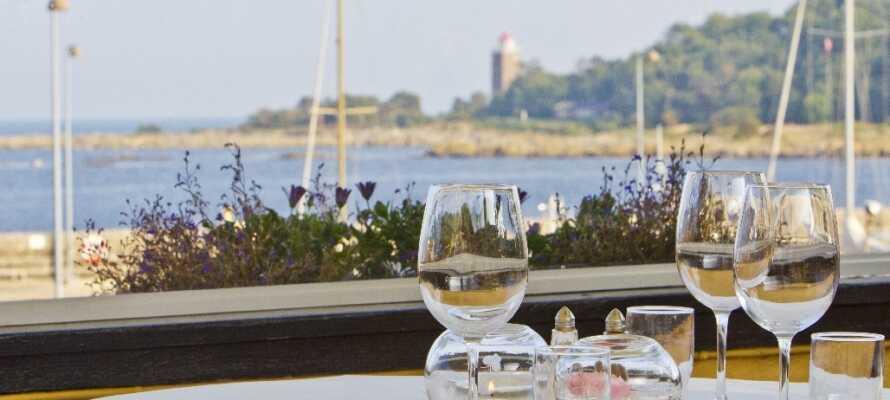 Auf der Hotelterrasse können Sie bei schönem Wetter zu Mittag oder Abend essen und die schöne Aussicht auf das Wasser genießen.