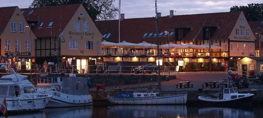Machen Sie einen Spaziergang in Svaneke und genießen Sie die abendliche Stimmung am Hafen vor dem Hotel.