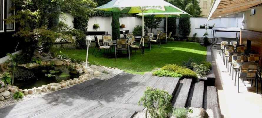 Hotellet har sin egen hage, perfekt for å slappe av etter dagens utflukter.