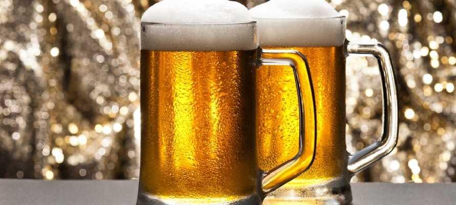 Den berømte tsjekkiske ølet Pilsner Urquell blir brygget i Plzen, så gå ikke glipp av å besøke bryggeriet.