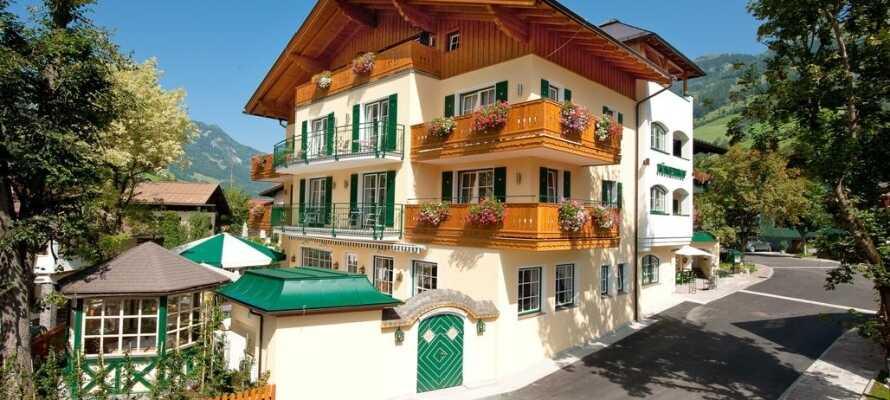 Bo på det familieejede Landhotel Römerhof, som ligger i hjertet af Dorfgastein i Gasteindalen.