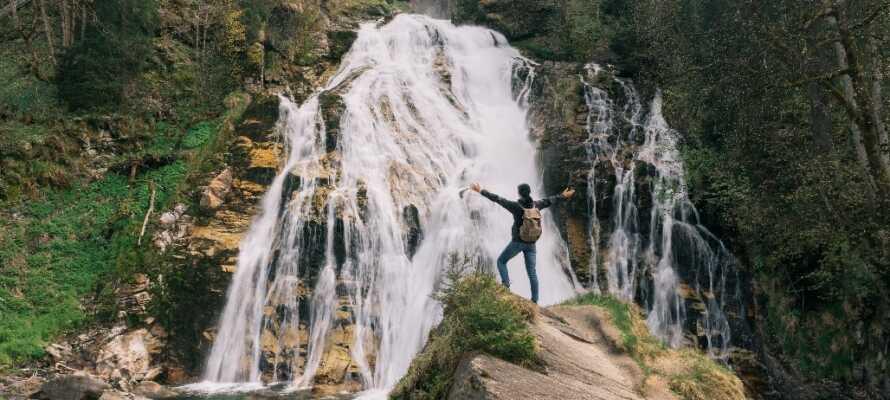 Området rundt hotellet er fylt med imponerende naturfenomener og dere kan blant annet oppleve det flotte fossefallet Bad Gastein, som er midt i byen.
